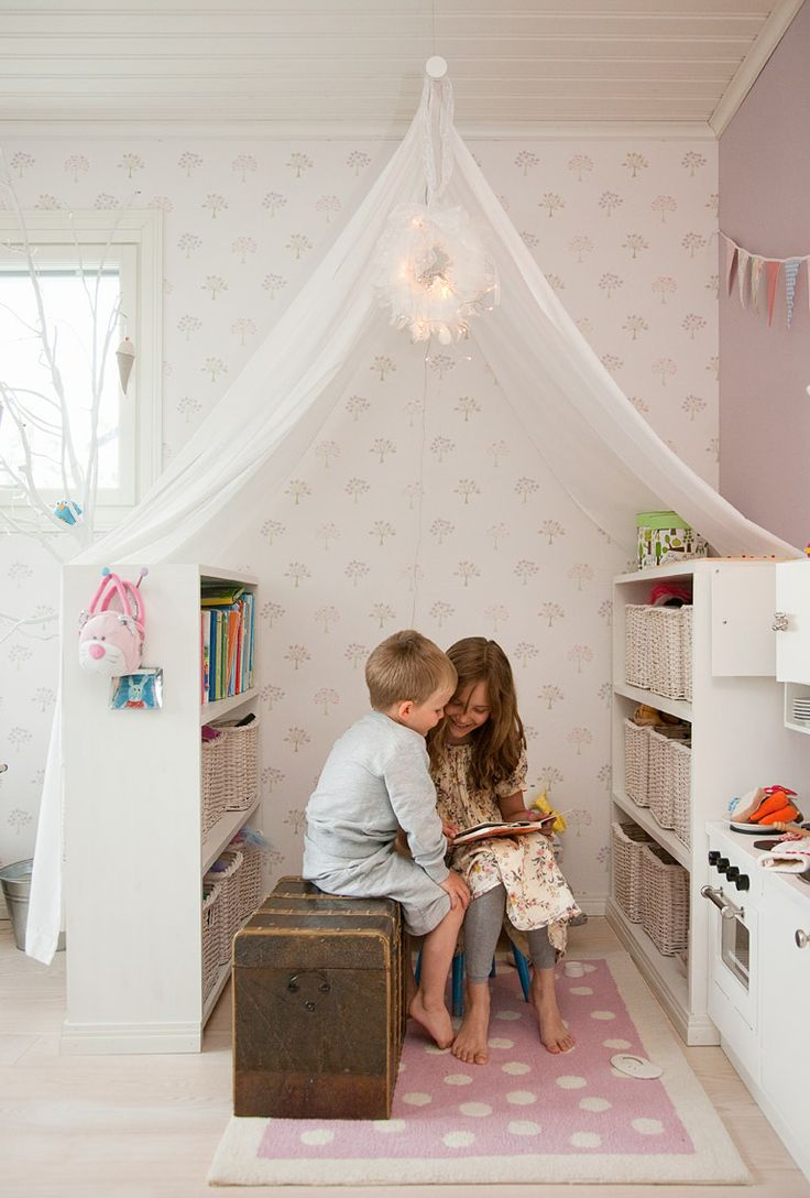 Tullilan perheen koti Espoossa, Vanttilassa. Kastellitalo. Eeli ja Merili lukemassa kirjaa majassa.